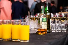 米斯克,白俄罗斯- 2018年5月16日 一个瓶威士忌酒Tullamore交付在党 库存图片