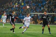 米斯克,白俄罗斯- 2018年3月31日:在白俄罗斯语英格兰足球超级联赛足球比赛期间,足球运动员为球战斗 免版税库存照片