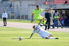 米斯克,白俄罗斯- 2018年5月6日:足球运动员为球战斗在白俄罗斯语英格兰足球超级联赛足球比赛期间之间 免版税图库摄影