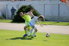 米斯克,白俄罗斯- 2018年5月6日:足球运动员为球战斗在白俄罗斯语英格兰足球超级联赛足球比赛期间之间 库存图片