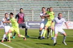 米斯克,白俄罗斯- 2018年5月6日:足球运动员为球战斗在白俄罗斯语英格兰足球超级联赛足球比赛期间之间 库存照片