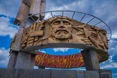 米斯克,白俄罗斯- 2018年5月01日:在第二次世界大战小山荣耀,纪念碑的Khatyn纪念复合体的被雕刻的图象 免版税图库摄影