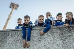 米斯克,白俄罗斯- 2018年5月23日:小的爱好者获得乐趣在FC之间的白俄罗斯语英格兰足球超级联赛足球比赛前 免版税图库摄影