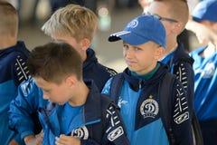 米斯克,白俄罗斯- 2018年5月23日:小的爱好者获得乐趣在FC之间的白俄罗斯语英格兰足球超级联赛足球比赛前 免版税库存照片