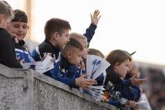 米斯克,白俄罗斯- 2018年5月23日:在FC发电机之间的白俄罗斯语英格兰足球超级联赛足球比赛期间小的爱好者起反应 图库摄影
