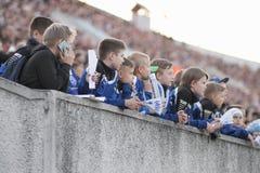 米斯克,白俄罗斯- 2018年5月23日:在FC发电机之间的白俄罗斯语英格兰足球超级联赛足球比赛期间小的爱好者起反应 库存图片