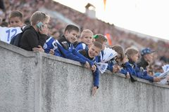米斯克,白俄罗斯- 2018年5月23日:小的爱好者起反应在FC发电机米斯克和F之间的白俄罗斯语英格兰足球超级联赛足球比赛期间 库存照片