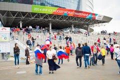 米斯克,白俄罗斯- 5月9 -俄国爱好者在前面 免版税图库摄影