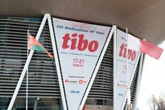 米斯克,白俄罗斯- 2017年4月18日:与TIBO-2017的商标的外部横幅第24个国际性组织专门了研究关于Telecommuni的论坛 库存图片