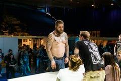 米斯克,白俄罗斯- 2015年9月19日:人们显示他们的纹身花刺 免版税图库摄影