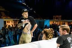 米斯克,白俄罗斯- 2015年9月19日:人们显示他们的纹身花刺 免版税库存图片