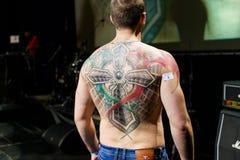 米斯克,白俄罗斯- 2015年9月19日:人们显示他们的纹身花刺 库存照片