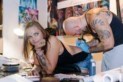 米斯克,白俄罗斯- 2015年9月19日:做纹身花刺的专业艺术家 免版税图库摄影