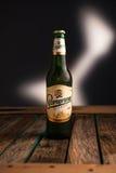 米斯克,白俄罗斯- 2017年1月07日:在白色背景Staropramen啤酒隔绝的瓶 Staropramen啤酒厂是 库存照片