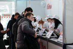 米斯克,白俄罗斯- 2017年4月18日:有注册的招待会的TIBO-2017的访客第24个国际性组织专门了研究论坛  库存照片