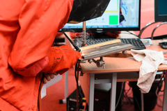 米斯克,白俄罗斯- 2017年4月18日:有焊接器的一个人焊接在TIBO-2017的铁第24个国际性组织专业论坛  免版税图库摄影