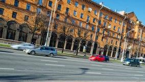 米斯克,白俄罗斯- 2017年4月15日:独立大道,与快行汽车的都市风景 库存图片