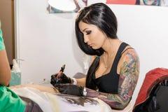 米斯克,白俄罗斯- 2015年9月19日:职业妇女纹身花刺艺术家 库存图片