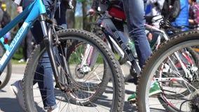 米斯克,白俄罗斯- 2017年5月13日:自行车城市和品种的许多骑自行车者  股票视频