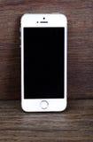 米斯克,白俄罗斯- 2016年4月16日:苹果计算机iPhone 5, 5S 白色versi 免版税图库摄影
