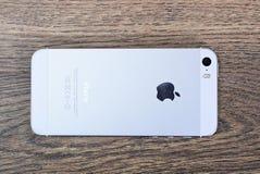 米斯克,白俄罗斯- 2016年4月16日:苹果计算机iPhone 5, 5S 白色versi 免版税库存图片