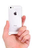 米斯克,白俄罗斯- 2016年4月16日:苹果计算机iPhone 5, 5S 白色versi 免版税库存照片