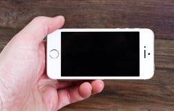 米斯克,白俄罗斯- 2016年4月16日:苹果计算机iPhone 5, 5S 白色versi 库存图片