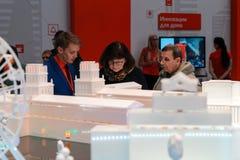 米斯克,白俄罗斯- 2017年4月18日:访客和参展者TIBO-2017的第24个国际性组织专门了研究论坛关于Telecommunicatio 免版税库存图片