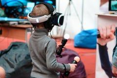 米斯克,白俄罗斯- 2017年4月18日:年轻在虚拟现实耳机的男孩尝试的戏剧在第24个国际性组织专门研究的TIBO-2017 库存图片