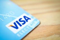 米斯克,白俄罗斯- 2017年2月22日 信用卡标志关闭在木桌上 薪水和购买财务摘要 免版税图库摄影