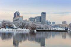 米斯克,白俄罗斯12月10日 2017年:冬天城市风景 现代多层的大厦看法在市中心 库存照片