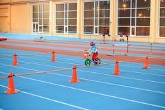 米斯克,白俄罗斯- 2月4 :盔甲乘驾平衡自行车和跑的自行车的柴尔兹在与父母的开放训练期间  免版税图库摄影