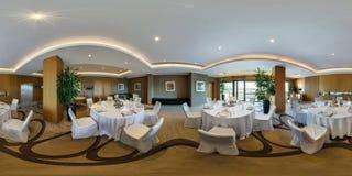 米斯克,白俄罗斯- 2017年8月:充分的全景360角度图无缝在大宴会大厅里面内部在现代旅馆里 免版税库存照片