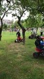 米斯克,米斯克,白俄罗斯, 2017年7月3日;城市假日,美国独立日 娱乐在城市公园 在方形字体自行车的儿童乘驾 图库摄影