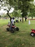 米斯克,米斯克,白俄罗斯, 2017年7月3日;城市假日,美国独立日 娱乐在城市公园 在方形字体自行车的儿童乘驾 免版税库存照片
