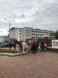 米斯克,米斯克,白俄罗斯, 2017年7月3日;城市假日,美国独立日 骑乘马和小马在入口附近对公园 免版税库存图片