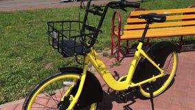 米斯克,米斯克,白俄罗斯2019年7月21日,固定式自行车分享 自行车租务在城市街道上 站立在街道长凳旁边 股票视频
