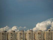 米斯克-白俄罗斯的首都看法  市中心 议院和云彩 免版税库存照片