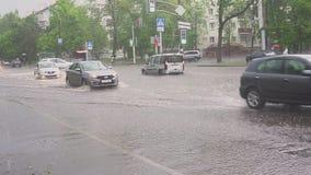 米斯克 白俄罗斯- 21 05 2018年:在街道上的汽车充斥与雨 股票视频