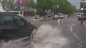 米斯克 白俄罗斯- 21 05 2018年:在街道上的汽车充斥与雨 影视素材