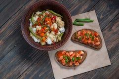 米板材与菜和三明治蕃茄的在土气背景 库存图片
