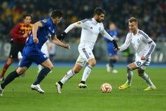 米格尔・维罗索和Andriy跑与球、UEFA欧罗巴16秒腿比赛同盟回合在发电机之间和埃弗顿的Yarmolenko 库存图片