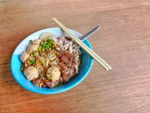 米棍子面条用在木纹理表面背景的猪肉 免版税图库摄影
