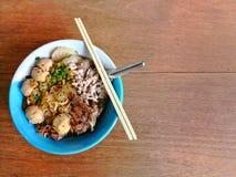 米棍子面条用在木纹理表面背景的猪肉 免版税库存图片