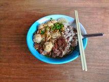 米棍子面条用在木纹理表面背景的猪肉 库存照片