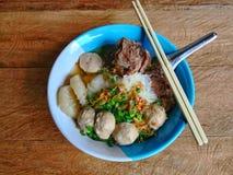 米棍子面条用在木纹理表面背景的猪肉 免版税库存照片