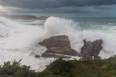 10米波浪在加利西亚阿斯图里亚斯海岸的! 库存照片