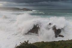 10米波浪在加利西亚阿斯图里亚斯海岸的! 免版税库存照片