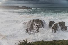 10米波浪在加利西亚阿斯图里亚斯海岸的! 免版税库存图片