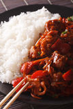 米用在糖醋调味汁特写镜头的被炖的猪肉 垂直 库存图片